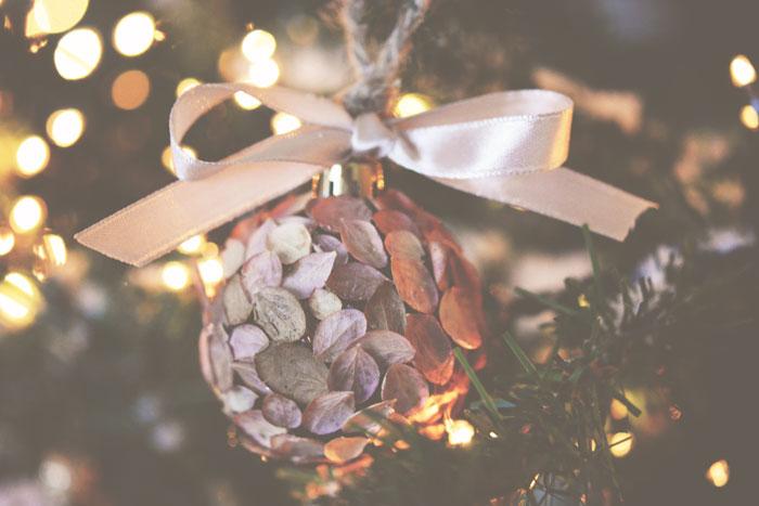 DIY: 8 x Kerstornamenten: Vintage Krantenpapier, Neppe Tijdelijke Tattoo's, Parels, Subtiel Sneeuw, Glitters, Bloemblaadjes, Let It Snow & Spiegelstenen